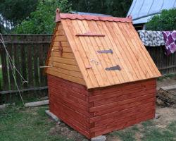 Классический домик на колодец из лакированных досок