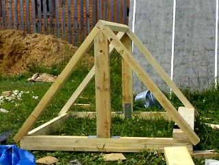 Каркас для сборки двухскатной крыши на колодец