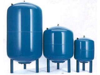 Три гидроаккумулятора разного литража вертикальной компоновки