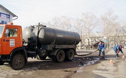 Выкачивание канализационного колодца с помощью илососа