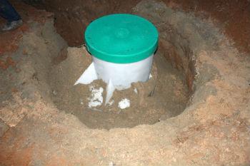 Установленный и укрепленный кессон, который остается только прикопать