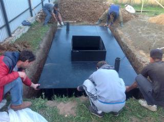 Корректирование положения металлического кессонного погреба с помощью крана