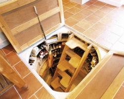 Установленный в комнате кесонный погреб, что используется в качественно винного хранилища