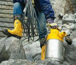 Монтаж колодезного насоса с подключенным предохранительным поплавком
