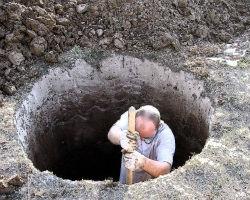 Копка колодца вручную с помощью обычной лопаты