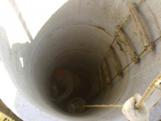 Создание колодца из бетонных колец с использованием веревочной лестницы