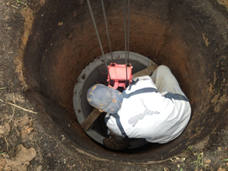 Установка бетонных колец в процессе создания колодца