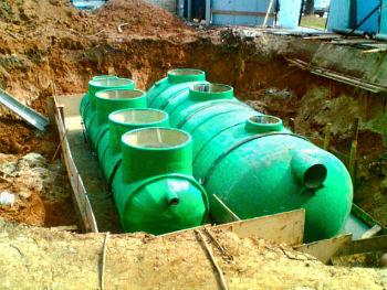 Нефтеуловители в процессе монтажа, монтируются под землю
