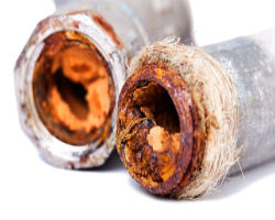 Последствия длительного контакта труб с водой, в которой есть много железных примесей.