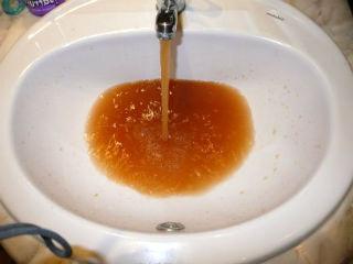 Загрязненная железом жидкость.