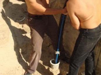 Опускание трубы в скважину для проталкивания застрявшего насоса