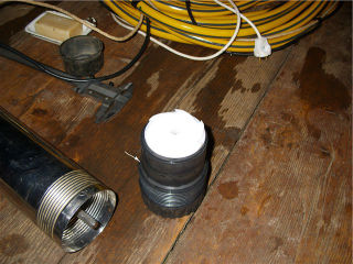 Погружной насос в разобранном виде, снят ограничитель с верхней части корпуса