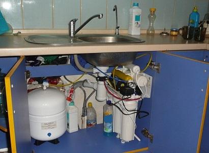 Пример расположения системы фильтрации под мойкой