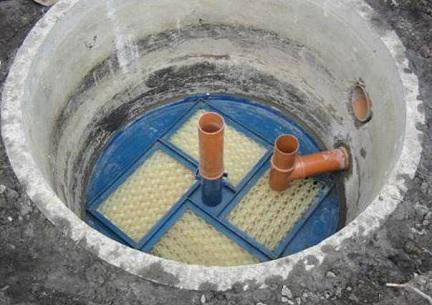 Подведенная труба водоснабжения к скважине в кессоне