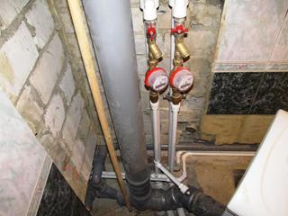Пластиковые стояки горячего и холодного водоснабжения, канализации