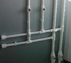 Полипропиленовый стояк горячего и холодного водоснабжения в многоквартирном доме