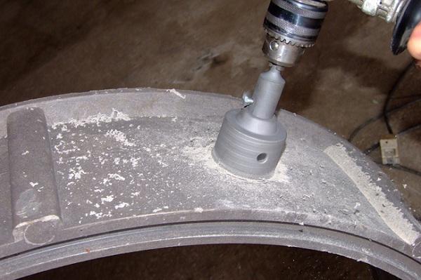 Так делается отверстие в полимерпесчаном кольце для врезки трубы