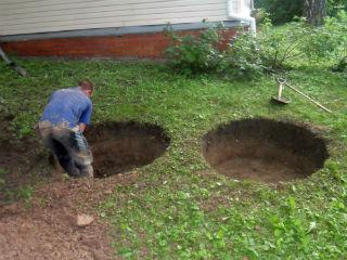 Процесс разработки грунта для создания канала колодца