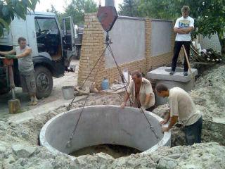 Монтаж крупногабаритного бетонного кольца с помощью автомобильного крана