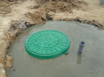 Верхняя часть вкопанного в землю кессона для скважины