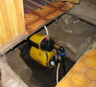 Пример монтирования станции подкачки воды в самодельном кессоне под фундаментом