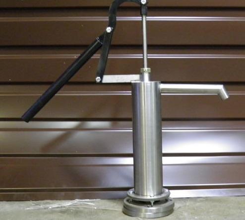 Ручной насос для скважины в металлическом корпусе