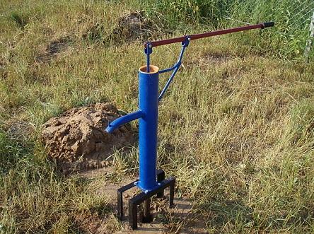 Ручной насос для скважины на участке