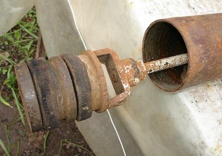Основной элемент ручного насоса - поршень в трубе