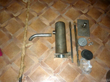 Самодельный штанговый насос для воды в разобранном виде