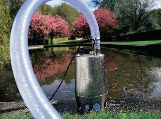 Подключенный к шлангу вибрационный насос для скважины
