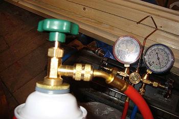 Использование вакуумного насоса для заправки автомобильного кондиционера