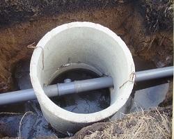 Смотровой канализационный колодец из бетонных колец