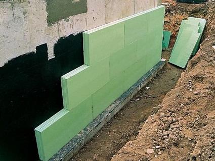 Приклеенный к наружной стене подвала пенопласт