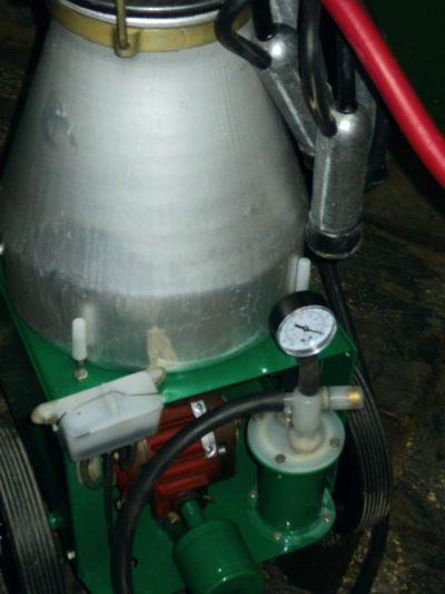 Доильный аппарат с молочным насосом