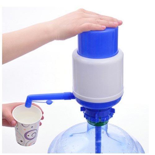 Работа механического насоса для бутыли